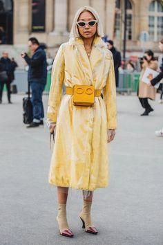 Street Style at the Paris Fashion Week Fall Winter Fashion Week Paris, Fashion Weeks, Fashion Tips, Fashion Trends, Fashion Outfits, Womens Fashion Online, Latest Fashion For Women, Fashion Women, High Fashion