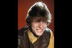 """L'exposition «David Bowie Is» avait créé l'événement à Londres, puis à la Philharmonie de Paris. Se succédaient l'époque """"Hunky Dory """", très Katharine Hepburn, celle où il découvre le Japon, le kabuki, les costumes fous et amples de Kansai Yamamoto période """"Aladin Sane """". Ziggy hante l'endroit, sans le dévorer. Comment un jeune homme si calme en 1967 peut-il incarner l'androgynie, l'avant-garde, l'ambiguïté sexuelle cinq ans plus tard? Dans un coin, un petit film des années 1990 montre…"""