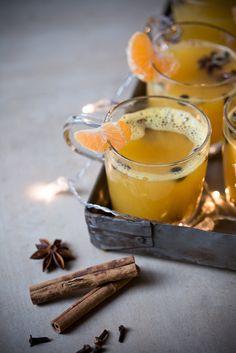 Mandarinen-Glühwein mit Weißwein und vielen Gewürzen.