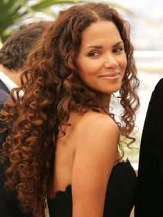 Curly hair is in again! Here are trendy and chic hairstyles for women with curly hair for short, medium and long hair lengths. Shampoo For Curly Hair, Curly Hair Cuts, Long Curly Hair, Big Hair, Curly Hair Styles, Wavy Haircuts, Cool Hairstyles, Hairdos, Natural Hair Care