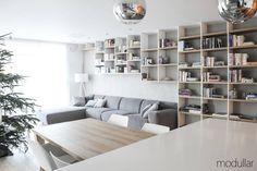 Projekt wnętrzapartamentu w Warszawie, zrealizowany przez pracownię Modullarpowstał z myślą o rodzinie z dziećmi. Betonowe płyty kontrastują z dużymi drewnianymi...