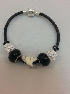 bracelet cuir noir intemporel avec son coeur ailé, central argenté ,émaillé blanc, 2 perles noires en verre : Bracelet par creationsannaprague