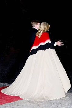 King Willem-Alexander of The Netherlands and Queen Maxima of The Netherlands offer a concert by Nynke Laverman and Cristina Branco to president Marcelo Rebelo de Sousa at Teatro Nacional de Dona Maria II on October 2017 in Lisboa CDP, Portugal. Kimono Fashion, Women's Fashion Dresses, Stylish Dresses For Girls, Girls Dresses, Robes Elie Saab, Moda Kimono, Kaftan Gown, Style Royal, Estilo Real