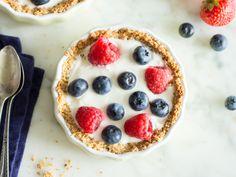 Granola Breakfast Tartes mit Joghurt und Beeren