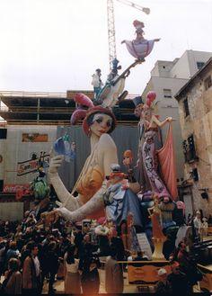 1999.- Falla Plaza del Pilar. Lema: ''Baile de mascaras'' . Artista: Julio Monterrubio