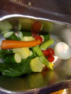 Questa e' la mia ricetta per preparare il brodo di verdura in pentola a pressione...   Ingredienti  1 cipolla  2 coste di sedano  2 c...