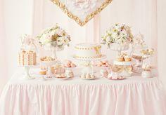 Um batizado pode e dever ser no mínimo charmoso. Este é perfeito para uma menina. Os tons rosa e dourado dão um ar bastante glamoroso à decoração. Gostamos, também muito, do apontamento das flores naturais. Tudo com muito bom gosto!