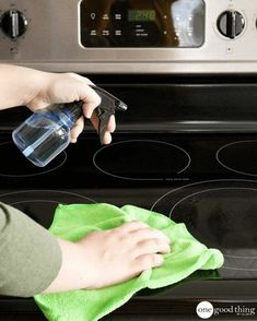 Are stubborn food spills marring the sleek and shiny surface of your glass stovetop? Find out how to clean your glass stovetop quickly and easily here! Steam Cleaning, Deep Cleaning, Cleaning Hacks, Cleaning Wipes, Baking Soda Vinegar, Dawn Dish Soap, Hard Water Stains, Clean And Shiny, Green Clean