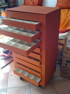 Cardboard chest of drawers would be great for storing Christmas ornaments Cardboard Drawers, Diy Cardboard Furniture, Cardboard Cartons, Cardboard Storage, Paper Furniture, Cardboard Paper, Cardboard Crafts, Craft Storage, Paper Crafts