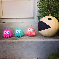 Clever painted pumpkin idea, Pac-Man and ghosts as no-carve pumpkins! Fröhliches Halloween, Holidays Halloween, Halloween Pumpkins, Halloween Decorations, Halloween Costumes, Pumpkin Decorating Contest, Pumpkin Carving Contest, Holiday Crafts, Holiday Fun