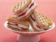 Es werden längst nicht nur simple Waffeln mit verschiedenen Toppings serviert: Jetzt erobert nämlich das Waffel-Sandwich die Küchentische!