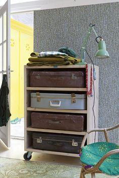 Dé interieurhit van deze eeuw (meubels van steigerhout) gecombineerd met afgedankte koffers uit de vorige eeuw: samen vormen ze een nieuw opbergmeubel.