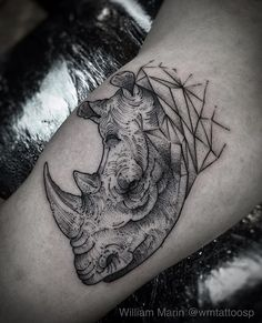 Rinoceronte em gravura e em pontilhismo. Primeira Tattoo do Thiago. Obrigado a confiança. #tattooyou #blackwork #pontilhismo