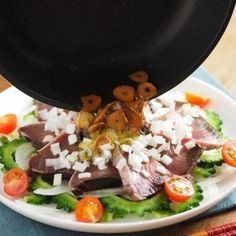メシ通!カツオたたきとゴーヤの香味サラダ風 by 筋肉料理人さん | レシピブログ - 料理ブログのレシピ満載!  ∩・∀・)こんにちは~筋肉料理人です!皆さん、お元気ですか~ メシ通さんのレシピ記事が更新されたのでお知らせです。今週は初鰹の季節ってことで、冷凍カツオのたたきを使った海鮮サラダ風の一皿を紹介させて...
