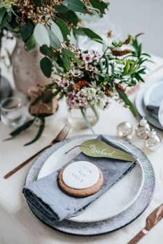 Australian-inspired Christmas festive table-styling Eclectic, creative Source by claud Food Table Decorations, Decoration Evenementielle, Christmas Table Decorations, Christmas Decorations Australian, Food Tables, Centerpiece Ideas, Wedding Table Flowers, Wedding Table Settings, Place Settings