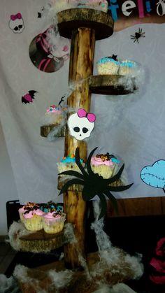 Reciclando torre de cupcake para cumpleaños Monster High