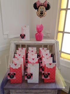 Un cumple de Minnie muy rosa para una princesa de dos añitos. Realizamos la decoración del salón con globos y pompones. Centro de mesa acorde a la temática. Souvenirs con golosinas y piñata temática.   #LasMariasEventos
