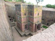 Les 11 églises monolithes médiévales de cette 13ème siècle 'Nouvelle Jérusalem »sont situés dans une région montagneuse au cœur de l'Ethiopie près d'un village traditionnel aux maisons de forme circulaire.  Lalibela est un haut lieu du christianisme éthiopien, encore aujourd'hui un lieu de pèlerinage et de dévotion.  par janine