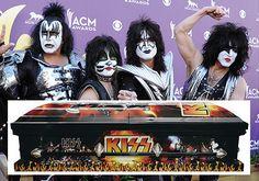 KISS. - Por lo general los entierros suelen ser eventos solemnes, por lo que un ataúd decorado con imágenes de una banda de rock es lo que menos esperaríamos ver que alguien se atreve a promocionar.