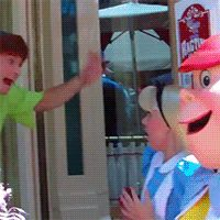 They're always trying to scare Alice. But she's totally not here for that. | 14 Reasons The Peter Pans At Disneyland Are The Most Adorable Thing Ever