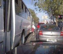 Una unidad del transporte público baja y sube pasaje en doble fila, lo que expone a los usuarios a sufrir un accidente, lamentablemente esta acción es costumbre entre los choferes. Foto de reportero ciudadano anónimo.
