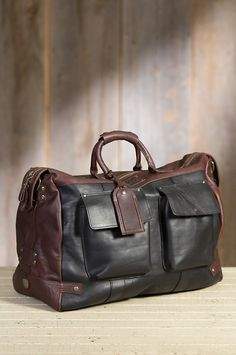 Made from robust bridle leather, this travel bag takes you wherever you're going with plenty of room to spare.