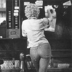 Marilyn Monroe booty in tight denim Vintage Hollywood, Hollywood Glamour, Brigitte Bardot, Divas, Greta, Marilyn Monroe Photos, Marylin Monroe Body, Joe Dimaggio, Actrices Hollywood