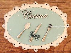 Placa de puerta para la cocina con texto de madera y fondo azul celeste (16 cm. ancho). Tiene forma ovalada, está pintada a mano y el texto está cortado con láser.