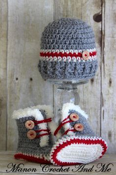 Bonnet and booties patterns to crochet (French) Crochet Unicorn Hat, Crochet Baby Booties, Crochet Slippers, Crochet Shoes, Knit Crochet, Irish Crochet, Crochet Amigurumi Free Patterns, Crochet Flower Patterns, Bonnet Crochet