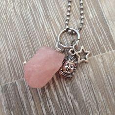 Bedel voor aan ketting van een ruwe rozenkwarts steen met een metalen (mini) Boeddha hoofd en een metalen (mini) open ster. Te koop bij JuudsBoetiek voor €6,50. Prijs is exclusief ketting, maar een 1,5/2/2,3mm (half) lange balk chain ketting is erbij te bestellen voor 2,5-3 euro (afhankelijk van lengte). Voor bestellen mail naar juudsboetiek@gmail.com.