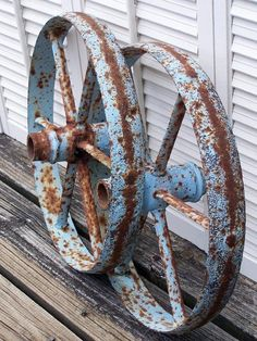 weathering old wheels with blue patina Rust Never Sleeps, Rust In Peace, Old Wagons, Country Blue, Country Farm, Country Living, Peeling Paint, Rusty Metal, Funky Junk