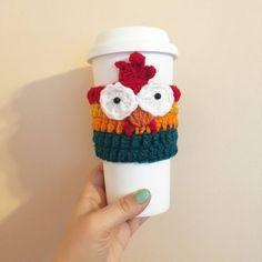 Crochet Coffee Cozy, Coffee Cup Cozy, Crochet Cozy, Mug Cozy, Crochet Crafts, Crochet Projects, Crochet Sock Monkeys, Crochet Animals, Hei Hei Moana