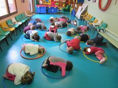 Discover thousands of images about TPS/PS/MS Expression corporelle avec un CERCEAU. Physical Activities For Kids, Gross Motor Activities, Physical Education Games, Gross Motor Skills, Classroom Activities, Preschool Activities, Chico Yoga, Sports Games For Kids, Mindfulness For Kids