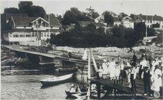 Rødtangen bad ca 1920 Pent kledd venter de på dampbåten. Kanskje kommer pappa med pappabåten fra byen Oppi