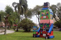 Robolito Japem. Escultura gigante em forma de robô, com quase 6 metros de altura, representa o personagem criado pelo artista curitibano Adriano Bohra. Foto: Valdecir Galor/SMCS.