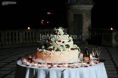 http://www.lemienozze.it/operatori-matrimonio/wedding_planner/organizzazione-matrimoni-venezia/media/foto/2  Torta nuziale con decorazioni floreali