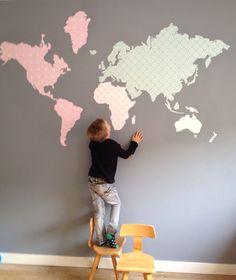 Wereldkaart van behang op de muur in de speelkamer! #behangfiguur #speelkamer #kinderkamer https://www.etsy.com/nl/listing/247945898/wereldkaart-geknipt-van-behang
