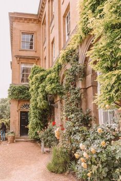 Oxford University boasts many magnificent buildings but which are the best and most beautiful colleges? Here are the top, according to an Oxford student! Oxford Student, Oxford College, London College, Beautiful Buildings, Beautiful Landscapes, Beautiful Places, Most Beautiful, Worcester College, College Aesthetic