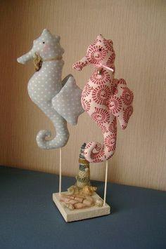 Un patrón mas para hacer muñecos o monadas con tela. Esta vez le ha tocado a los caballitos de mar. Con un mismo patrón y diferentes tipo de telas haréis multitud de caballitos, da igual que la tel…