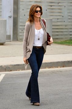 Cindy Crawford fall cardigan outfit idea celebrity inspired look for less Source by remaxrealtor Outfits fall Bootleg Jeans Outfit, Jeans Outfit For Work, Flare Jeans Outfit, Jeans Outfit Winter, Flare Leg Jeans, Casual Work Outfits, Mode Outfits, Outfits With Bootcut Jeans, Jeans And T Shirt Outfit Casual
