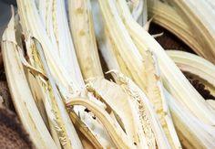 Conoscete il Cardo Gobbo di Nizza Monferrato? E' un presidio Slow Food che viene consumato crudo, ingrediente della bagna cauda, piatto di tradizione della Regione Piemonte (salsa bollente a base di aglio, olio extravergine e acciughe, in cui vengono intinte verdure crude a tocchetti).
