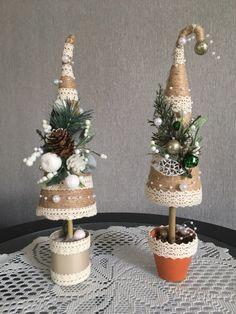 Wall Christmas Tree Crafts, Mini Christmas Tree, Handmade Christmas Decorations, Rustic Christmas, Christmas Projects, Holiday Crafts, Christmas Holidays, Christmas Wreaths, Christmas Ornaments
