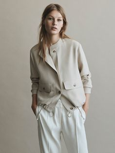 The most elegant new clothes for women at Massimo Dutti this Spring/Summer Discover the latest fashion trends in new shoes, jackets, pants or dresses. Mode Outfits, Fashion Outfits, Womens Fashion, Fashion Trends, Fashion 2017, Look Fashion, Winter Fashion, Winter Mode, Jackett