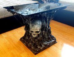 """https://www.facebook.com/pg/demondscustoms/photos/?ref=page_internal . Demonds Customs    Der Skull Tisch    Der Tisch hat zwei Skulls verarbeitet mit dem bekannten """"Spider-effect"""". Abgerundet wird das ganze durch eine schwarze 5 mm Hochglanz Acryl-Glasplatte."""