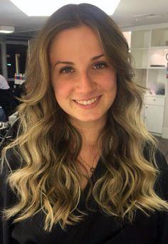 Pensando nas férias, uma ótima opção para os cabelos coloridos são as luzes tom sobre tom. A técnica não exige retoques constantes e a durabilidade é maior.