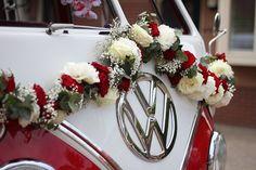 Close-up van de autoversiering die ik maakte met witte en rode rozen en pioenen op deze super toffe old-school Volkswagen bus! #VWt1 #VW #busje #bloemen #trouwen #slinger