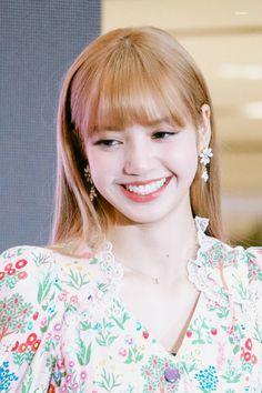 A smile that makes people happy Kim Jennie, Blackpink Lisa, Kpop Girl Groups, Kpop Girls, K Pop, Yg Entertainment, Rapper, Pre Debut, Kim Jisoo