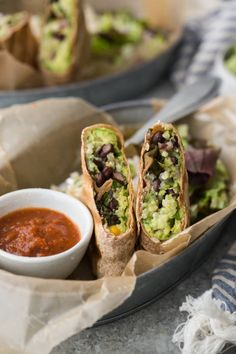 A simple yet filling vegetarian black bean burrito packed full of brown rice black beans and guacamole- can easily be made vegan too! The post Guacamole and Black Bean Burritos appeared first on Dessert Platinum. Healthy Dinner Recipes, Mexican Food Recipes, Vegetarian Recipes, Cooking Recipes, Vegetarian Mexican, Vegetarian Tacos, Vegan Tacos, Rice Recipes, Brunch Recipes