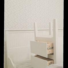 Mitt nästa projekt på Jennylund  Designa om vår dubbelsäng  Ska ta bort fotgaveln spara själva sängramen och huvudgaveln  Har nu grundmålat  huvudgaveln där överliggaren var furufärgad och sängborden där skivan var furufärgad  Allt ska bli vitt så klart  Roligt projekt  #mittlantligahem #mitthempålandet #lantligstil #lantligtvitt #mywhitehome #vitamöbler #dubbelsäng #sängbord #målavitt #målaom #vitt #målning #diy #diyproject #diyprojekt #projekt #görasjälv #vitanyanser #inspo #vit #grundmåla…