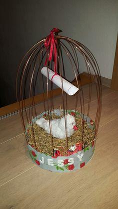 surprise: vogel in vogelkooi. Ondergrond van hout, kooi gemaakt met staaldraad. Vogel van papier mache, beplakt met watten.